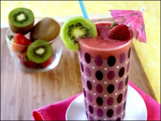 Como preparar un buen batido de fresa con kiwi y fresa. La dietista donostiarra Vanessa Blazquez te ayua a perder peso con recetas saludables. En Nutrición Donostia somos especialistas en preparar las recetas más saludables