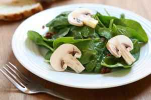 Nutrición Donostia te presenta una nueva receta, esta vez de ensalada de espinacas y champiñones. Una comida sana y nutritiva que te ayudará a perder peso de la mano de tu nutricionista y dietista en Donostia San Sebastián