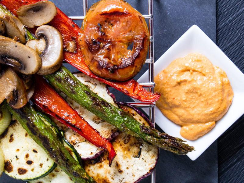 Receta saludable de Nutricion Donostia. Verduras con romesco. Llámanos y te ofreceremos asesoramiento nutricional en Donostia