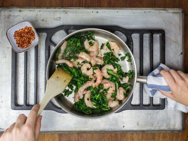receta de salteado de kale y gambas, por nutricion donostia. Tu centro dietista de referencia en san sebastian. Alimentate mejor disfrutando cada dia de la comida. La nutricionista Vanessa Blázquez te guiará en este camino